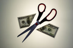 El acero Scissors el corte por la mitad a los 100 dólares los E.E.U.U. Bill Imagen de archivo