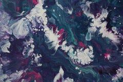 El acrílico abstracto vierte la pintura que se asemeja a una tempestad que se estrella en el mar imagen de archivo