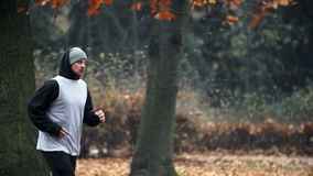 El activar del hombre, corriendo en parque almacen de metraje de vídeo