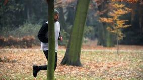 El activar del hombre, corriendo en parque metrajes
