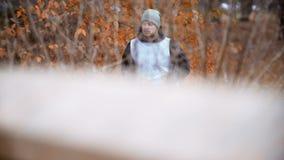 El activar del hombre, corriendo en parque almacen de video