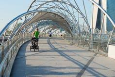 El activar en el puente de la hélice en Singapur Fotografía de archivo