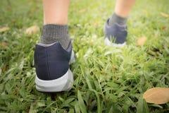 El activar femenino en Central Park llevando se divierte ejercicio de los zapatos fotografía de archivo
