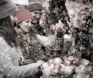 El Active casó a la pareja con una hija adolescente en el marke de la Navidad Fotografía de archivo
