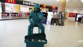 El actor de la calle con el violín retrata una estatua viva almacen de metraje de vídeo