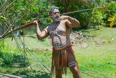El actor del aborigen lanza una lanza en el parque de la cultura de Tjapukai en Kuranda, Queensland, Australia Fotografía de archivo