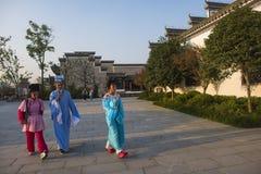 El actor joven de la ópera del huangmei caminó en la ciudad del kuizi Imagenes de archivo