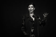 El actor joven en un fondo oscuro Fotografía de archivo