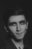 El actor joven en un fondo oscuro Foto de archivo libre de regalías