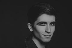 El actor joven en un fondo oscuro Fotos de archivo libres de regalías