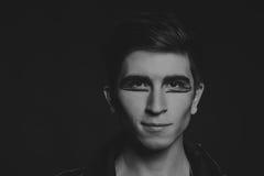 El actor joven en un fondo oscuro Foto de archivo