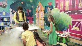 El actor muestra el experimento de la ciencia en fiesta de cumpleaños almacen de video