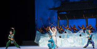 """El acuario y el  blanco de Opera""""Madame Snake†de la sexta del acto de la guerra- de los protoss del agua colina-Kunqu de oro Imágenes de archivo libres de regalías"""
