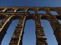 El acueducto de Segovia visto de la tierra imágenes de archivo libres de regalías