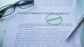 El acuerdo aprobado, funcionarios de la inversión da el sellado del sello en el documento de negocio almacen de video