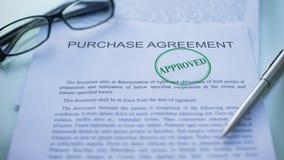 El acuerdo de compra aprobado, funcionarios da el sellado del sello en el documento de negocio almacen de metraje de vídeo