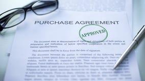 El acuerdo de compra aprobado, sello selló en el documento oficial, negocio foto de archivo