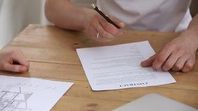 El acuerdo de firma del arrendatario consigue llaves al nuevo agente inmobiliario casero del apretón de manos almacen de metraje de vídeo