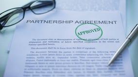 El acuerdo de la sociedad aprobó, mano que sellaba el sello en el documento de negocio, primer almacen de metraje de vídeo