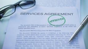 El acuerdo de servicios aprobado, funcionarios da el sellado del sello en el documento de negocio metrajes
