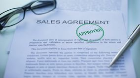 El acuerdo de ventas aprobado, funcionarios da el sellado del sello en el documento de negocio almacen de video