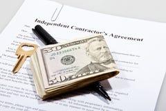 El acuerdo del contactor con llave y las notas del dólar Fotos de archivo