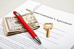 El acuerdo del contactor con llave y las notas del dólar Imágenes de archivo libres de regalías