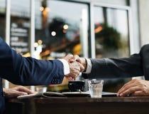 El acuerdo del trato de la sociedad del apretón de manos llama concepto Imagenes de archivo