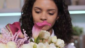 El adición del florista subió puntilla al centro de flores almacen de video