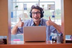 El adicto al videojugador que juega a los juegos de ordenador en casa Fotografía de archivo
