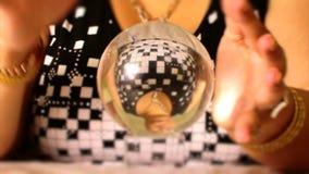 El adivino se mueve en la mano mágica de la bola de cristal almacen de metraje de vídeo