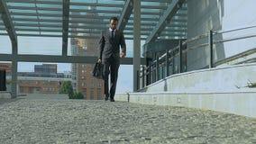 El administrador de oficinas afroamericano trastornado camina al aire libre, discriminación del racismo en el trabajo metrajes