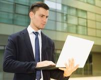 El administrador de oficinas está examinando proyecto sobre un ordenador portátil fotografía de archivo libre de regalías