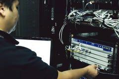 El administrador de sistema está eliminando errores del hardware del servidor fotografía de archivo libre de regalías