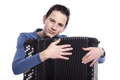 El adolescente abraza el acordeón en estudio contra el fondo blanco Fotografía de archivo libre de regalías