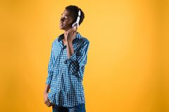 El adolescente afroamericano en auriculares escucha la música Fotos de archivo