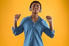 El adolescente afroamericano en auriculares está bailando Foto de archivo