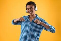 El adolescente afroamericano en auriculares está bailando Imagenes de archivo