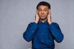 El adolescente afroamericano en camisa del dril de algodón calma Fotografía de archivo