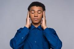 El adolescente afroamericano en camisa del dril de algodón calma Fotos de archivo