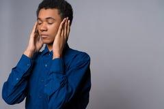 El adolescente afroamericano en camisa del dril de algodón calma Fotografía de archivo libre de regalías