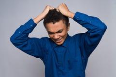 El adolescente afroamericano enfadado está rasgando el pelo Fotos de archivo libres de regalías