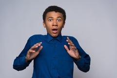 El adolescente afroamericano sorprendido es agitated Fotos de archivo