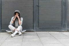 El adolescente agradable elegante está descansando sobre la calle Imagen de archivo