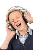 El adolescente alegre disfruta de música de los auriculares Imagen de archivo