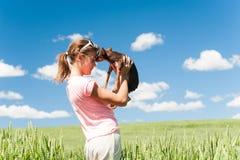 El adolescente alegre joven en el campo de trigo que abraza su pequeño hace Imágenes de archivo libres de regalías