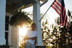 El adolescente americano pasa la tarde en yarda Imagen de archivo libre de regalías