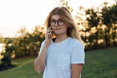 El adolescente americano pasa la tarde en yarda Imagen de archivo