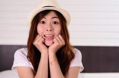 El adolescente asiático de la mujer tiene una emoción sorprendida de la cara Foto de archivo