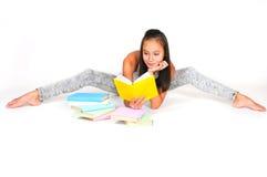El adolescente asiático lee el libro Fotografía de archivo libre de regalías